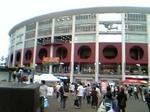 球場。ちょっとお祭り的雰囲気。団扇くれたし